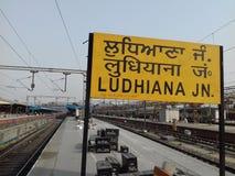 Bahnhof Ludhiana, Indien Eine Abbildung einer Batikauslegung in zwei Farbtönen Braun oder des Tan in einer Kreisauslegung für Geb lizenzfreies stockbild