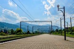 Bahnhof mit Bergblicken stockbild