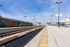 Bahnhof mit blauen Himmeln in Faro Portugal stockfotografie