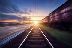 Bahnhof mit Frachtlastwagen im Bewegungsunschärfeeffekt am sunse Stockfotos