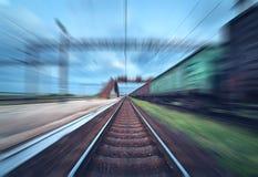Bahnhof mit Frachtlastwagen im Bewegungsunschärfeeffekt am sunse Stockbild