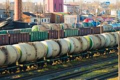 Bahnhof mit Güterzügen In der Mitte ist Behälter eines Zugs Stockfotografie