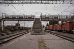 Bahnhof mit Lastwagen und Bahnstrecken lizenzfreie stockfotografie