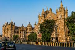 Bahnhof Mumbais, der von weit weg auch ehrfürchtig schaut stockbild