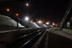 Bahnhof nachts Stockfotos