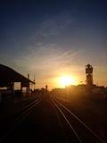 Bahnhof am Sonnenuntergang Stockbild