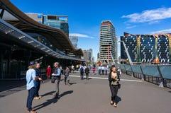 Bahnhofsbrücke des Kreuzes des Südens mit Leuten Stockbilder