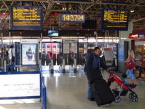 Bahnhofseingang mit Sperren. Lizenzfreie Stockbilder