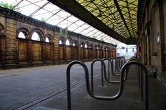 Bahnhofsplattform Stockfotos