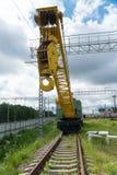 Bahnkran, der auf den Bahnen steht Stockfotografie