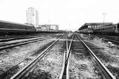 Bahnkreuzung im Schwarzweiss-Ton. Lizenzfreies Stockfoto