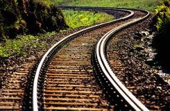 Bahnlinie, die in Abstand sich schlängelt stockbilder