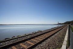 Bahnlinie durch die Förde von weiter Stockfoto