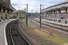 Bahnlinien, die aus einer Station heraus führen Stockfotos