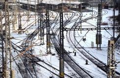 Bahnlinien im Winter umfasst durch Schnee Stockfotos