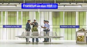 Bahnpolizisten überprüfen einen Passagier auf einer gültigen Karte an Frankfurt-Hauptanschluss Stockfoto