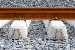 Bahnschienen und Lagerschwellen stockfotografie