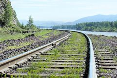 Bahnschienen und Lagerschwellen Die alte Eisenbahn durch den Wald Stockfoto