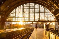 Bahnstation in Berlin, Deutschland bei Alexander Platz Stockfotos