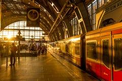 Bahnstation in Berlin, Deutschland bei Alexander Platz Stockbilder