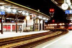 Bahnstation bis zum Nacht Lizenzfreie Stockfotos