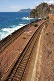 Bahnstation durch das Meer Stockfotos