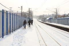 Bahnstation im Schnee Stockfotos