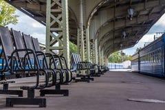Bahnstation im Sommer Stockbild
