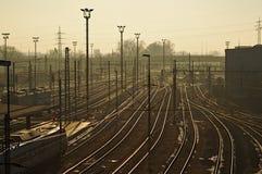 Bahnstation mit vielen Schienen zu wagen Lizenzfreie Stockfotografie