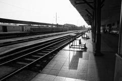 Bahnstation in Schwarzweiss lizenzfreie stockbilder
