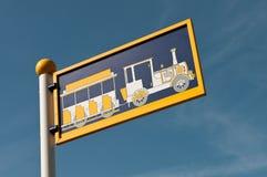 Bahnstation Signpost Lizenzfreies Stockfoto