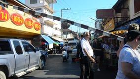 Bahnstationspersonalabriss-Schienenbahnschranken auf Straße während Zugankunft am Mae-klong Eisenbahn-Markt stock footage