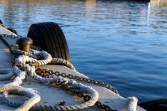 Bahnsteigkante mit Bootsseilen Stockfoto