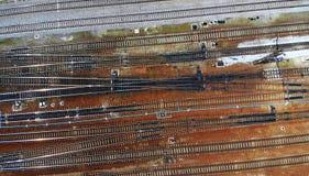 Bahnstraßenantenne Perspektive der ?berfahrtschienen, der Ampeln und der Serie lizenzfreie stockbilder