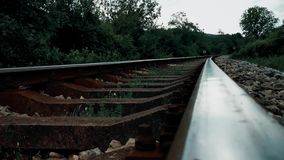 Bahnstrecken über dem Gebirgsabschluß oben stock video footage