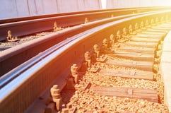 Bahnstrecken, die in den Abstand in der Sonne ausdehnen Stockfoto