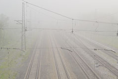 Bahnstrecken im Nebel Stockbild