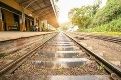 Bahnstrecken nahe einer kleinen Vorstadteisenbahn stockbilder