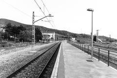 Bahnstrecken und alte Bahnhofsplattform Stockbild