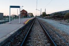 Bahnstrecken und alte Bahnhofsplattform Stockfotos