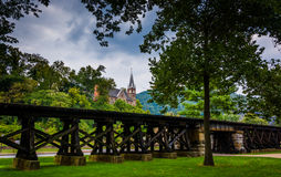 Bahnstrecken und Ansicht einer Kirche in Harpers Fähre, West-Vir Lizenzfreie Stockbilder