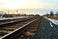 Bahnstrecken am Winterabend Stockfotos