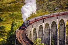 Bahnviadukt Glenfinnan in Schottland mit einem Dampfzug lizenzfreie stockfotos