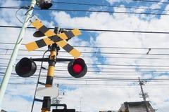 Bahnwarnung - Eisenbahnsperre - Grad-Überfahrt-Signale lizenzfreie stockbilder