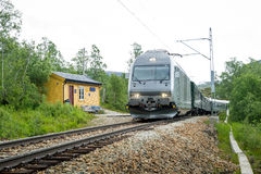 Bahnzug Flamsbana, der zu kleiner ländlicher Station, Norwegen kommt Lizenzfreie Stockfotos
