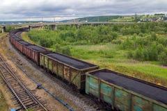 Bahnzug mit Kohle folgt dem Weg lizenzfreie stockbilder