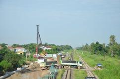 Bahnzug- und Baustelle des Wasserentwässerungsbetonrohrs Stockfoto