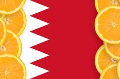 Bahrain flagga i vertikal ram för citrusfruktskivor arkivfoto