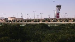 Bahrain-Flughafen von einem Grünstreifen stock video footage