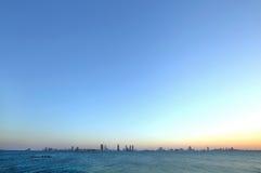 Bahrain horisont från den Busaiteen stranden, HDR fotografi royaltyfria bilder